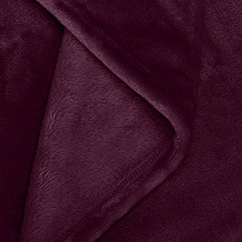 AmazonBasics - Manta, hecha de suave felpa - 168 x 229cm - Berenjena